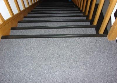 wykładzina dywanowa i listwa schodowa