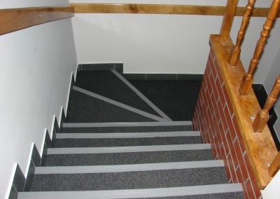 wykładzina biurowa na schodach